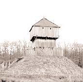 Motte: Nachbau einer Motte mit Holzburg in Saint Sylvain dAnjou (Frankreich)